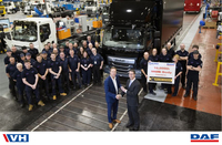 01_hallam_express_receives_keys_of_10_000th_daf_truck_with_as-factory_paccar_body